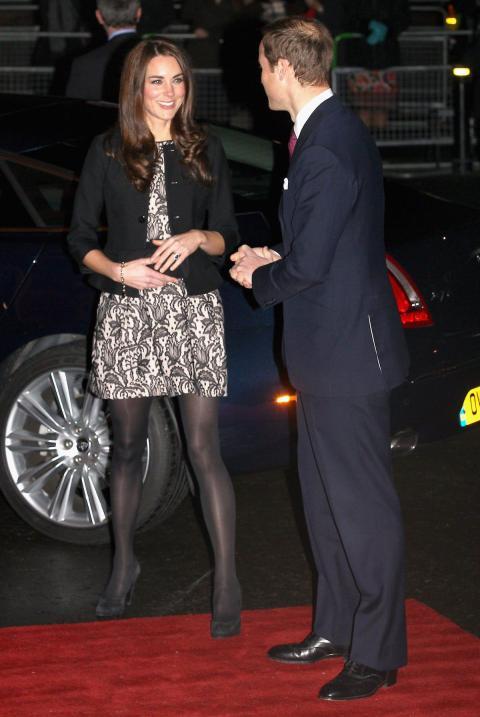 Combinó el vestido con un blazer, también negro, medias opacas y zapatos de tacón de ante.