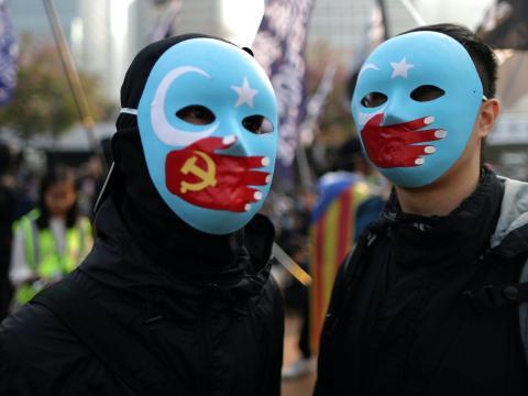 Manifestantes en Hong Kong protestan contra el trato chino de los uigures.