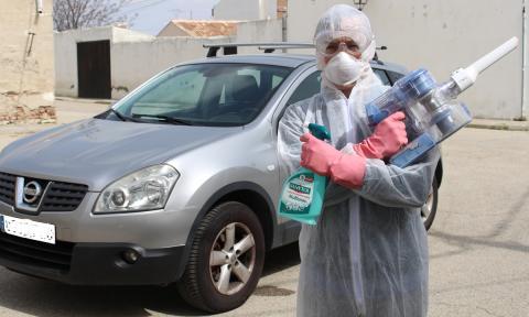 Puede valer cualquier desinfectante doméstico, pero no pases la aspiradora hasta que el coche lleve tres días aparcado o esparcirás posibles virus.