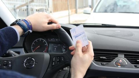 La DGT lo deja claro: ¿puedes conducir durante el estado de alarma con el carné de conducir caducado?