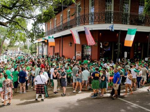 Los asistentes celebran el Día de San Patricio durante una reunión no oficial en el Tracey's Original Irish Channel Bar en Nueva Orleans el 14 de marzo de 2020.