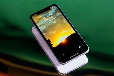 Una pantalla que puede ajustar su color para que coincida con la luz ambiental de su entorno.