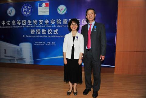 La doctora Shi Zheng Li y el director del Instituto de Virología de Wuhan.