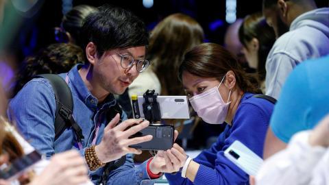 Dos chinos inspeccionan un smartphone Samsung Galaxy S20 Ultra 5G durante el Samsung Unpacked.