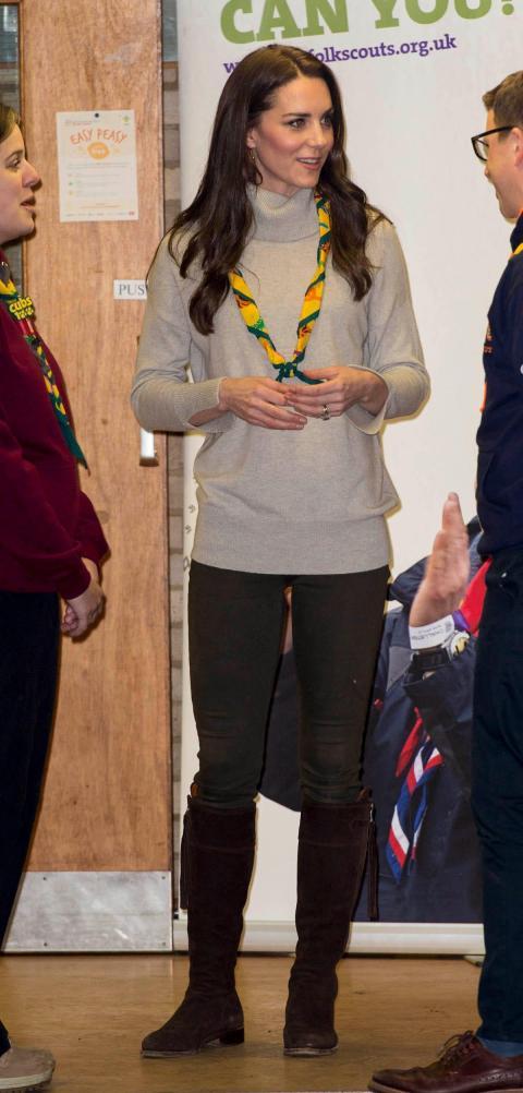 Completó su look monocromático con una colorida bufanda Cub Scout.