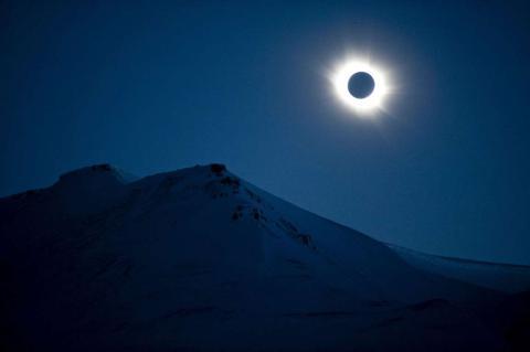 Un eclipse total de sol visto en Svalbard, Noruega.