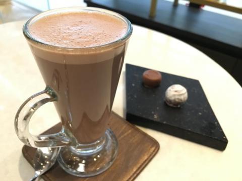 Un chocolate caliente y trufas de Teuscher.