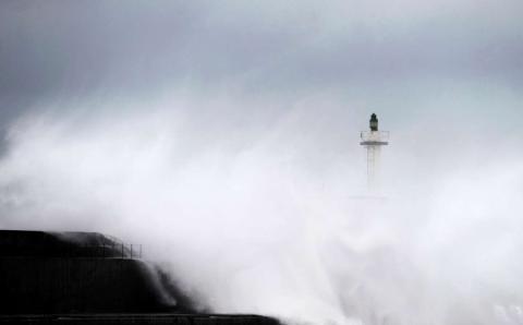 Enormes olas rompen en el paseo marítimo de San Esteban de Pravia, en Asturias.