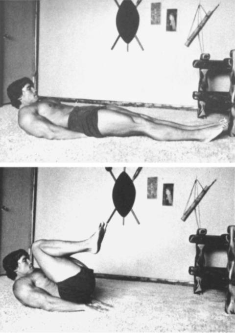 Schwarzenegger trabajando el abdomen con flexión de piernas
