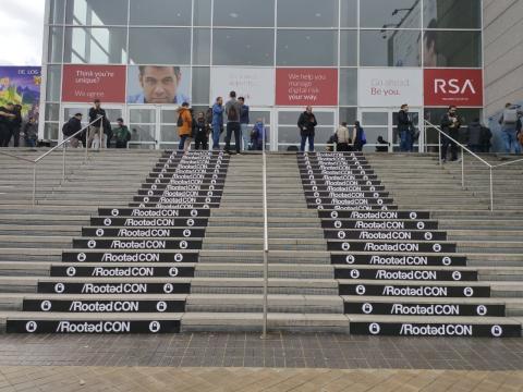 Escaleras de acceso a la RootedCON.