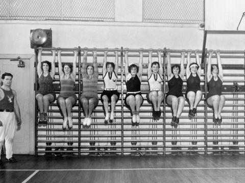 Las esposas de los miembros de la organización Philadelphia Elks en el gimnasio del club.