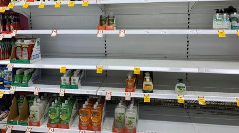 Estanterías vacías en la sección de desinfectantes de un supermercado de Canberra (Australia)