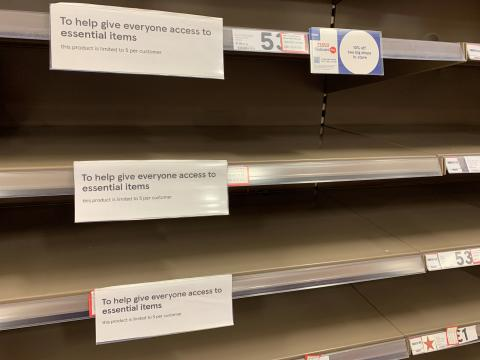 Estanterías vacías en un supermercado Tesco (Reino Unido).