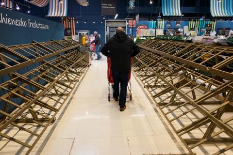 Estantes vacíos de un supermercado en Guernica, Vizcaya.