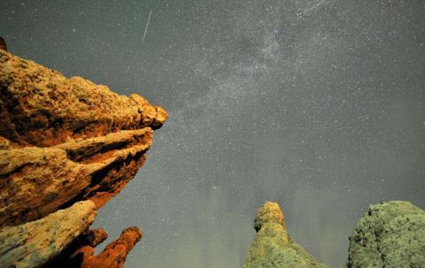 La estela de un comenta entre las estrellas del cielo nocturno de la localidad de Kuklici, en Macedonia.