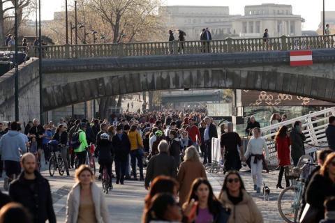 La gente disfruta un domingo soleado a orillas del río Sena el domingo.