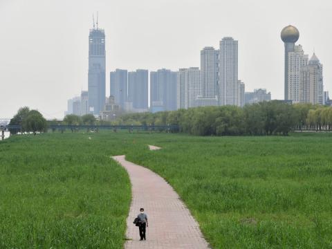 Un hombre camina en un parque junto al río en Wuhan, el 26 de marzo de 2020.