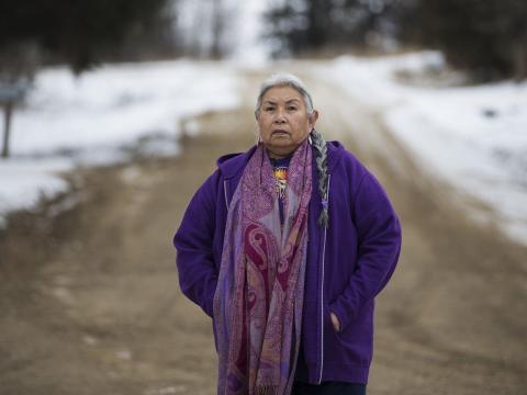 Faith  fuera de su casa en el lago Andes, Dakota del Sur, en 2014.