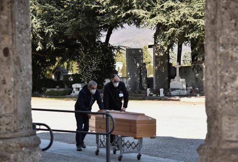 El ejercito comienza a transportar fallecidos por coronavirus de Bérgamo a otras regiones para poder ser incinerados.