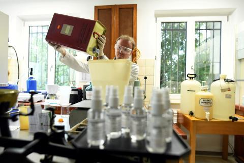 Un farmacéutico alemán fabrica gel desinfectante en un laboratorio.