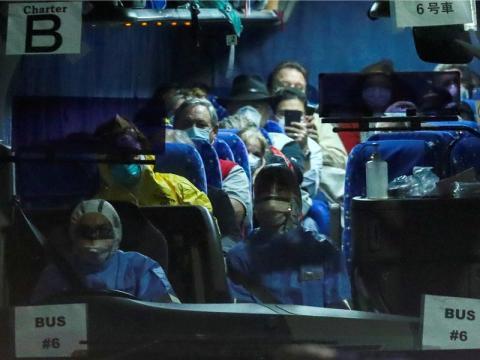 Un autobús que transportaba pasajeros del Diamond Princess sale de la terminal en Yokohama, donde atracó el barco.