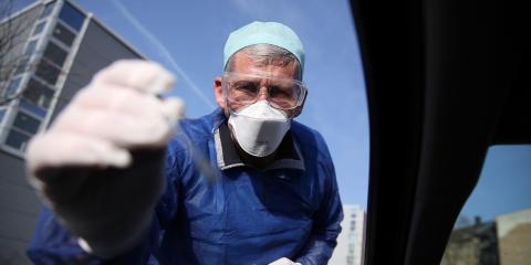 El doctor alemán Michael Grosse toma una muestra en un punto de control en Halle, Alemania.