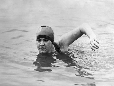 Gertrude Erderle nadando.