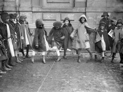 Un grupo de chicas bailando en Harlem, Nueva York, alrededor de 1920.