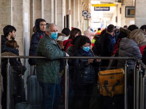 Los pasajeros del tren pasan por un registro sanitario en Salerno, sur de Italia, el 8 de marzo de 2020.