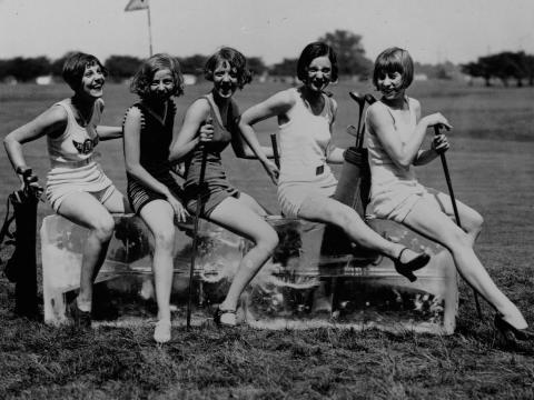 Un grupo de mujeres en un campo de golf, alrededor de 1920.