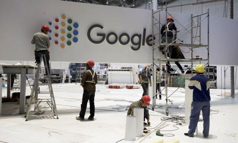 Un grupo de operarios desmonta un stand de Google en la Feria Internacional de Shanghai