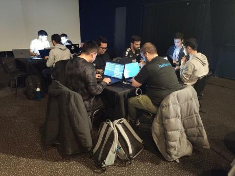 Hackers operando en la Hacker Night.
