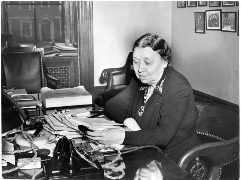 Hattie Caraway, senadora estadounidense de Arkansas, en 1943.