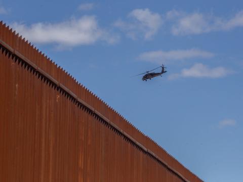Un helicóptero del servicio aduanero estadounidense sobrevuela la frontera con México.