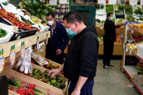 Un hombre comprando en un supermercado de Madrid.