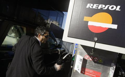 Hombre en una gasolinera de Repsol