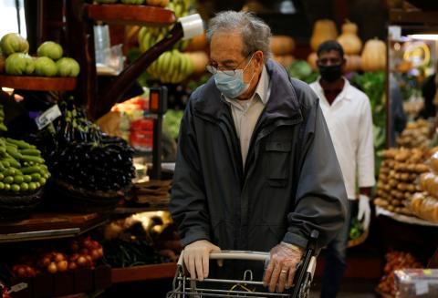 Lo que dicen los expertos sobre desinfectar los productos de la compra