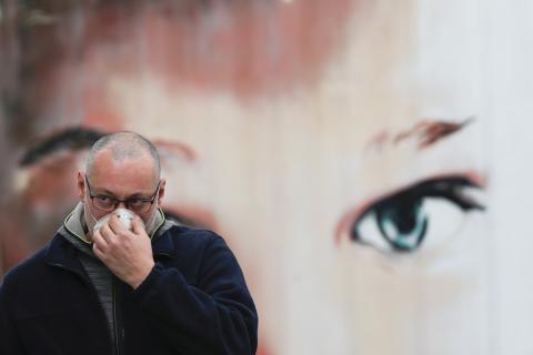 Un hombre con mascarilla en plena crisis del coronavirus