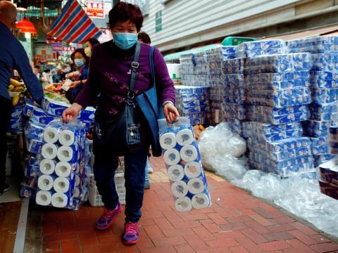 Foto de archivo de un cliente recogiendo rollos de papel higiénico en un mercado de Hong Kong el 8 de febrero de 2020. No relacionado con el robo a mano armada.