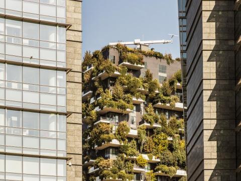 'Bosco Verticale' visto entre dos edificios en Milán.