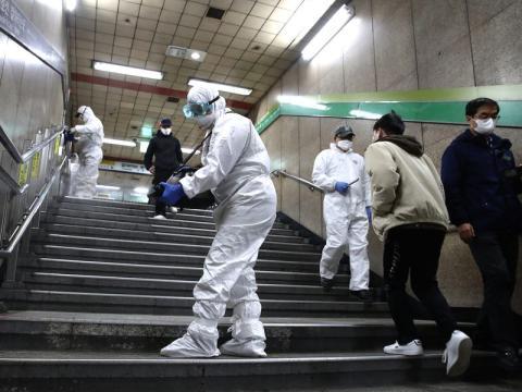 Los trabajadores en equipo de protección desinfectan para combatir el coronavirus en una estación de metro en Seúl, Corea del Sur, el 21 de febrero de 2020.
