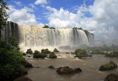 Una imagen tomada desde las Cataratas de Iguazú en Brasil, una de las más grandes del mundo.