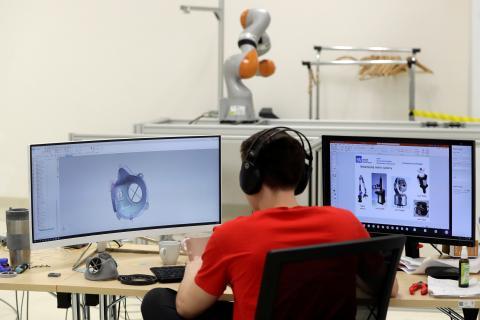 Un investigador trabaja en un respirador 3D