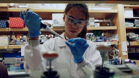 Una investigadora de la vacuna del coronavirus en Singapur.