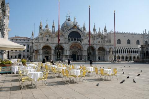 Un restaurante vacío en la Plaza de San Marcos en Venecia tras el segundo día de un bloqueo sin precedentes en toda Italia impuesto para frenar el brote de coronavirus, en Venecia, Italia, el 11 de marzo de 2020.