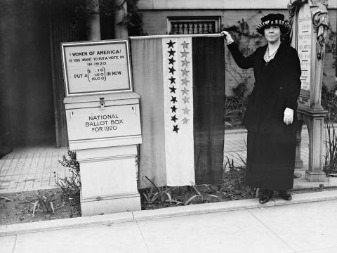 Una sufragista protestando en 1920.