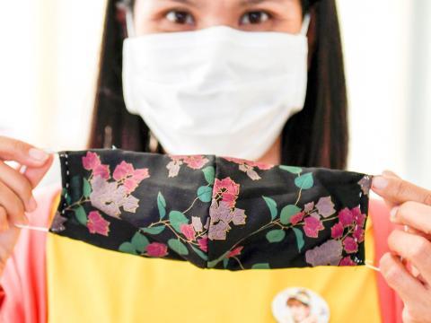 Es posible hacer tu propia mascarilla en casa con algodón, tela y otros materiales comunes.