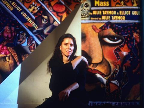 """Julie Taymor con los carteles de """"Juan Darien""""."""