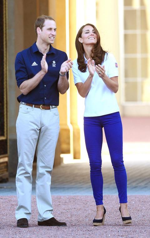 La duquesa mejoró este atuendo informal deportivo con sus cuñas LK Bennett favoritas.