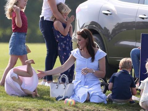 Llevaba un vestido Zara de unos 63 euros mientras cuidaba del Príncipe George y de la Princesa Charlotte.